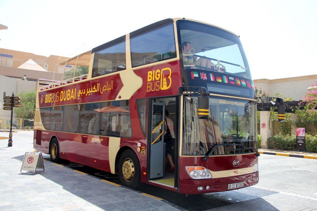 Автобус Big Bus Tour Dubai на остановке.