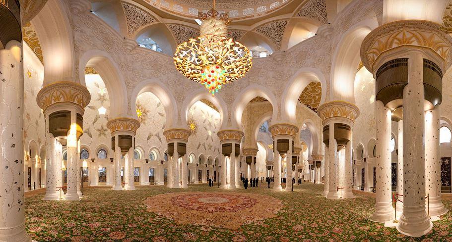 Ковёр и люстра - достопримечательности мечети